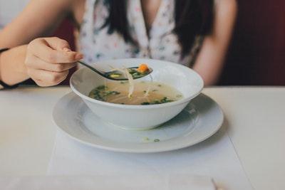 スープを飲む女性